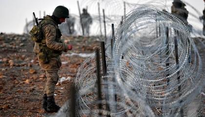أخبرهم أنه لا يجيد السباحة.. القوات التركية تلقي بلاجئ سوري في نهر العاصي