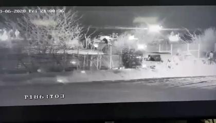 لتسهيل خروج اللاجئين.. مركبة عسكرية تركية تخرب السياج اليونانية على الحدود