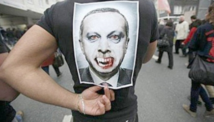 وصْفُ الشيطان يلاحق أردوغان.. هل يحكم تركيا إبليس؟