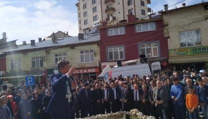 بالصور: حزب أردوغان يحاصر داوود أوغلو بشاحنات القمامة في مسقط رأسه