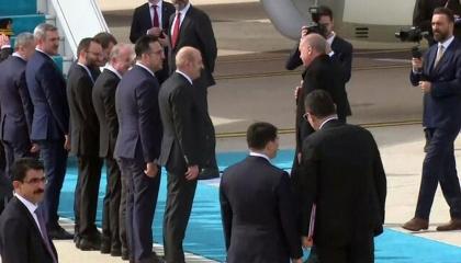 خوفًا من الكورونا.. أردوغان يتجاهل مصافحة وزرائه لدى مغادرته مطار أتاتورك