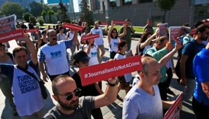 نقابة الصحفيين الأتراك تنتفض ضد انتهاكات أردوغان في 5 محافظات كبرى