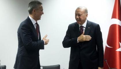 وسوسة أردوغان.. الرئيس التركي رفض مصافحة أمين «الناتو».. وصاح: «كورونا»