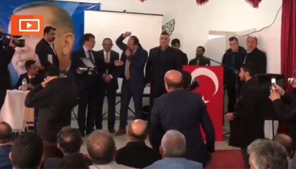 بالفيديو.. «خناقة بالكراسي».. أعضاء حزب أردوغان يتشاجرون على رئاسة بلدية