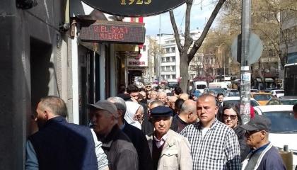 بالصور.. الأتراك يقبلون على المتاجر عقب الإعلان عن أول إصابة كورونا بالبلاد