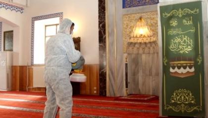 «الفيروس لا يصيب بيوت الله».. أتراك يذهبون للجوامع برغم تحذيرات الحكومة