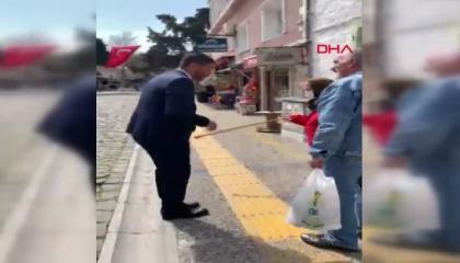 بالفيديو.. عجوز تركية تضرب رئيس بلدية طالبها بالعودة لمنزلها