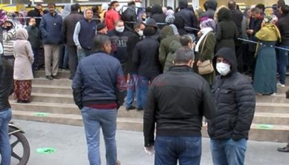 فيديوجراف.. احتشاد الأتراك للحصول على مساعدات بقيمة 1000 ليرة