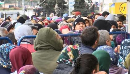 بالصور.. تكدس المئات أمام مكاتب البريد في إسطنبول