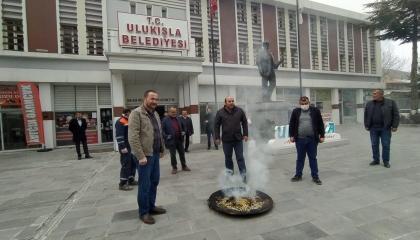 بالفيديو.. رئيس بلدية تركية تابع لحزب أردوغان يشعل البخور لمواجهة كورونا