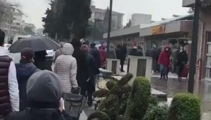 أتراك يتجمهرون أمام سوق مغلقة.. ومواطن: انتشار «كورونا» ليس بأيدينا (فيديو)