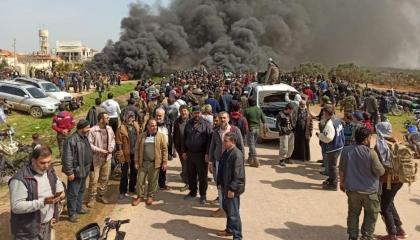 اشتباكات بين الاحتلال التركي والسوريين الهاربين إلى إدلب خوفًا من «كورونا»