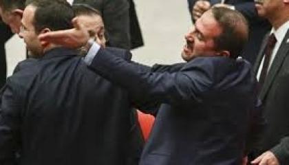 مشاجرة بين نائبين بالبرلمان التركي بسبب مناقشة قانون تعديل الأحكام