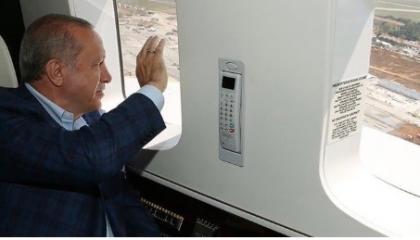 أردوغان يحيي أناسًا لا يراهم من نافذة طائرة.. ورواد مواقع التواصل: «اتجنن»