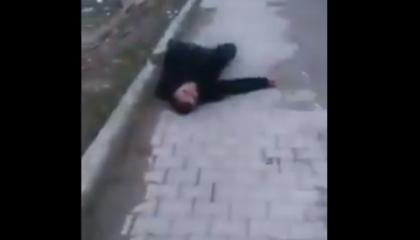بالفيديو.. مواطن تركي ينازع الموت بـ«كورونا» في الشارع.. والمارة يبتعدون