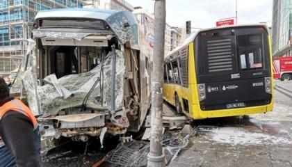 اصطدام ترام بحافلة في أطول شوارع بإسطنبول