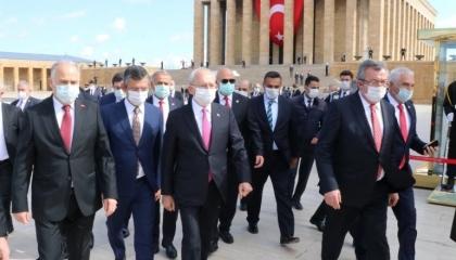 رئيس «الشعب» التركي يزور ضريح أتاتورك بالذكرى الـ100 لتأسيس الجمعية الوطنية