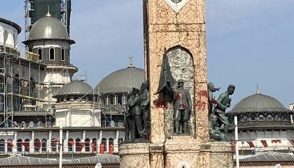 بالصور.. مجهولون يلطخون شرف الأمة التركية بتشويه النصب الجمهوري في إسطنبول