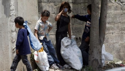بالفيديو: 5 ضباط أتراك يفترسون طفلًا يعمل بجمع الورق من صناديق القمامة