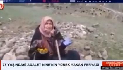 بكت منزلها وقبر أمها بعد غرقهما بالمياه.. مسنة تركية تهز قلوب الأتراك