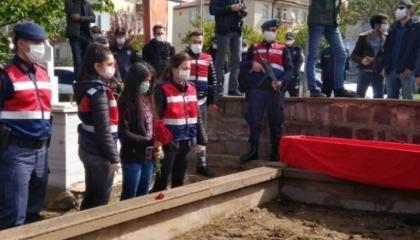 «الذئاب الرمادية» لحليف أردوغان يهاجمون قبر مغنٍ معارض ويهددون بحرق جثمانه