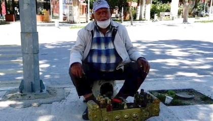"""عجوز تركي في عمر الـ83 يستغل """"إذن الخروج"""" في العمل """"ماسح أحذية"""""""