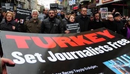 المحكمة العليا التركية تصدق على قرارات السجن بحق صحافيين