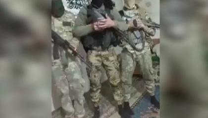 مسلحون موالون لأردوغان يرفعون «علم القاعدة» ويهددون الأتراك: سنحرق جثثكم