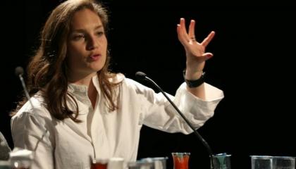 صحفية تركية تكشف: النظام يلاحق «المعارضات» بالرسائل الجنسية