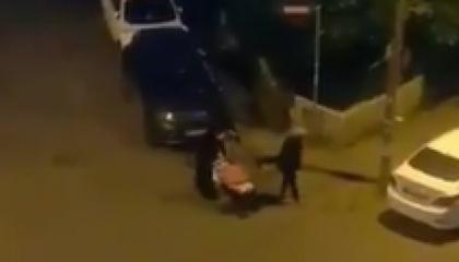 مشهد يهز قلوب الأتراك.. سيدة تتسول لإطعام طفلها بإسطنبول