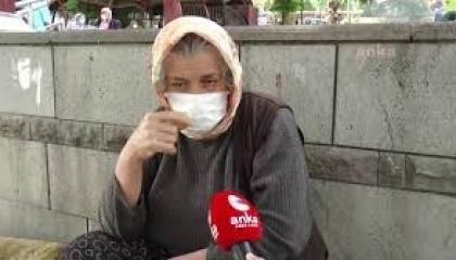 مسنة تركية تضطر لمواجهة خطر «كورونا» ببيع النفايات في الشوارع