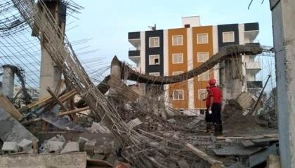 انهيار مبنى قيد الإنشاء على رؤوس العاملين