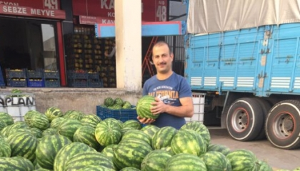 بالصور.. قاضٍ تركي مفصول يبيع بطيخًا: أفضل من بيع ضميري لسلطة أردوغان