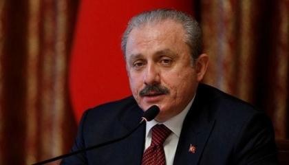 رئيس البرلمان التركي يسخر من مرشح الرئاسة الأمريكية: لتساعد نفسك أولًا