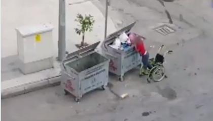 فيديو يعتصر القلوب.. طفل تركي عاجز يبحث عن الطعام في صناديق القمامة