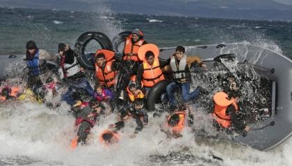 اليونان تكشف عن فيديو يفضح تخلي البحرية التركية عن اللاجئين في بحر إيجة