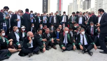 بالصور.. رؤساء المحامين الممنوعين من دخول أنقرة يعتصمون بمدخل المدينة
