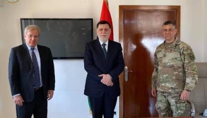 وفد أمريكي رفيع المستوى يلتقي السراج بطرابلس لبحث التطورات في ليبيا