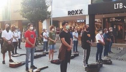 وقفات احتجاجية صامتة للموسيقين الأتراك بعد تشريد مليون و200 ألف بسبب كورونا