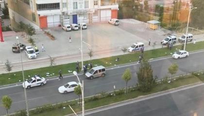 الشرطة أغلقت الطريق لجمعها.. تطاير إجابات الطلاب بجامعة تركية أثناء نقلها
