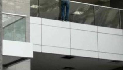 شاب تركي يحاول الانتحار من الدور السابع بمحكمة في إسطنبول