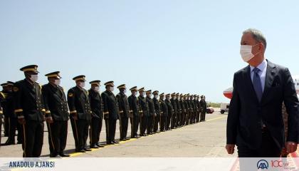 بالصور والفيديو.. ميليشيات «الوفاق» تستقبل وزير دفاع أردوغان بمراسم عسكرية