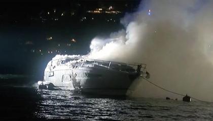 اندلاع حريق بقارب في مضيق البوسفور بإسطنبول