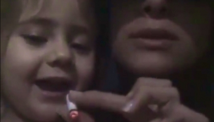 بالفيديو.. شابة تركية تحث طفلة 3 سنوات على التدخين