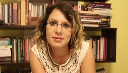 شخص بدين جلس فوق رأسها.. صحفية تركية تروي تفاصيل تعذيبها في سجون أردوغان
