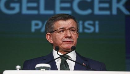 داود أوغلو يتهم أردوغان بتقسيم تركيا.. ويدعو لمقاومة «عصابة البجع»
