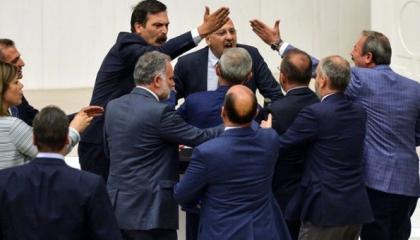 شجار بالبرلمان التركي بسبب استخدام نائب مستقل كلمة «استبداد»