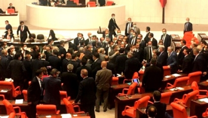 يوم المشاجرات في البرلمان التركي.. نائب معارض: لا يمكنكم إسكاتنا بالتخويف