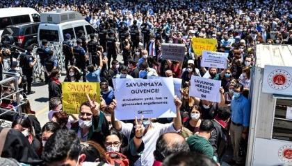 بالفيديو.. محاميو تركيا يرفعون شعار «لا تراجع ولا استسلام» أمام البرلمان