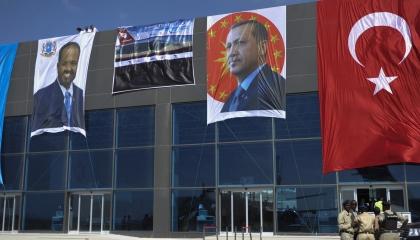الطمع في الثروة خلف قناع المساعدات الإنسانية .. هكذا اخترقت تركيا الصومال
